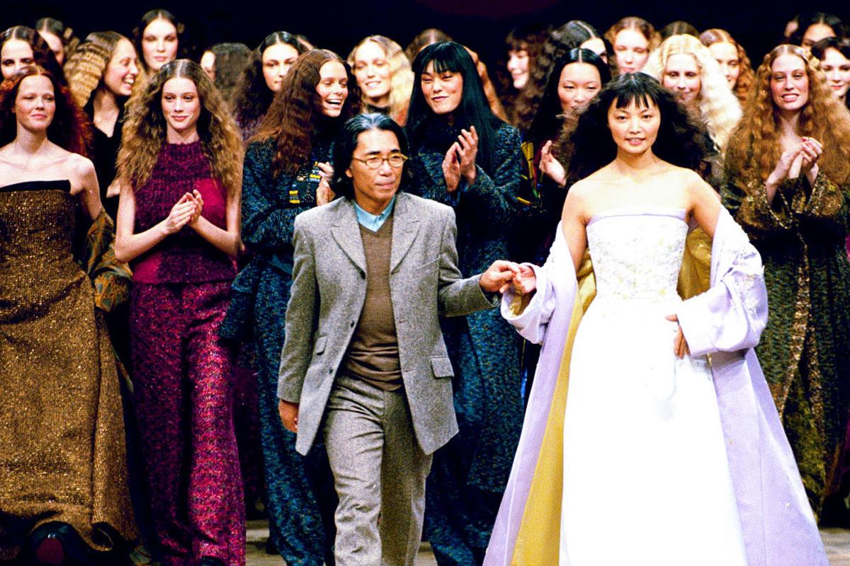 Kenzo Takada tijdens Paris Fashion Week in 1999, Getty