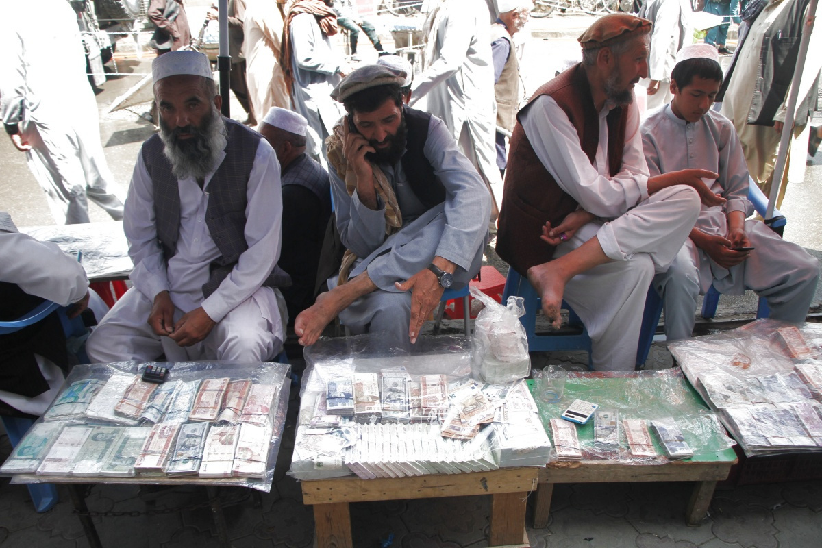 Geldwissel in Afghanistan. De grootste fans van cryptovaluta komen uit landen als Afghanistan, waar de nationale munteenheid gekelderd is., Reuters