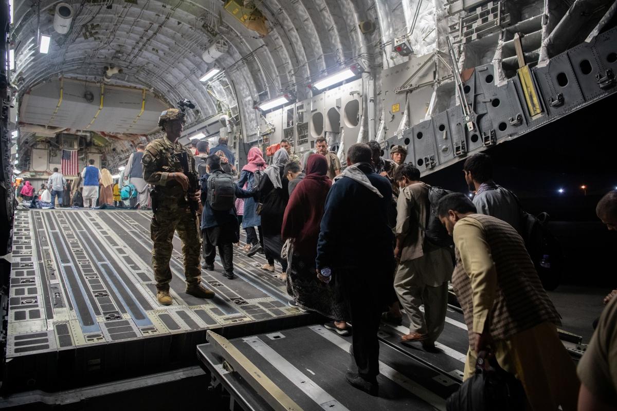 Afghanen worden geëvacueerd aan boord van een Amerikaans militair vliegtuig, Reuters