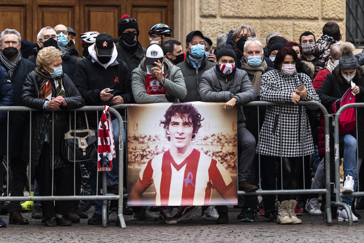 Fans bewijzen Paolo Rossi laatste eer, Belga Image