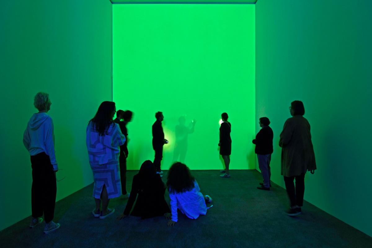 OLAF NICOLAI, HOW TO FANCY THE LIGHT OF A CANDLE AFTER IT IS BLOWN OUT (2019: 'Hoe kan je je kaarslicht voorstellen nadat het werd uitgeblazen?' De groene oase van licht nodigt je uit om de installatie te betreden. Met ons lichaam kunnen oneindig veel variaties van licht en schaduw gecreëerd worden., Paradise