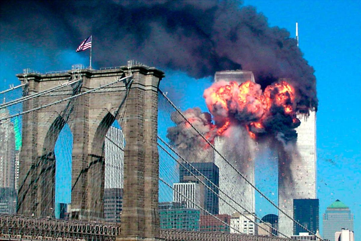 Een tweede gekaapt vliegtuig boort zich in de WTC-torens. , Reuters