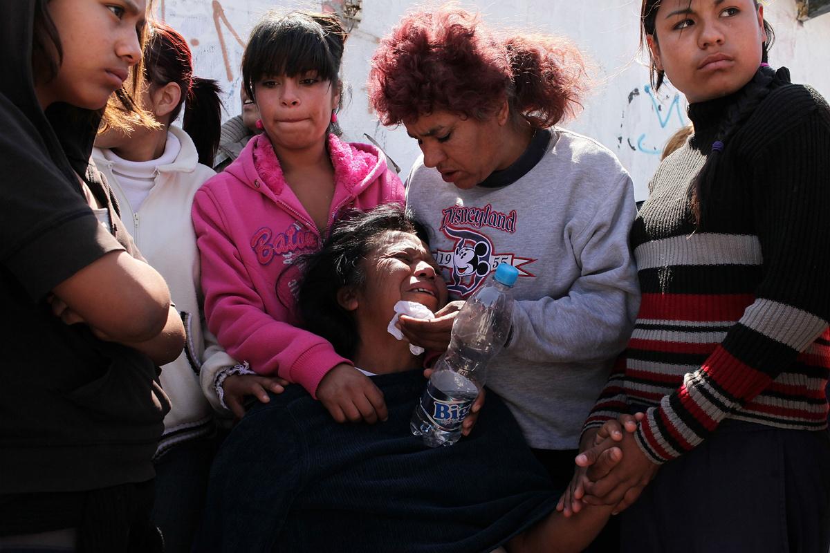 Jesusita Cardozo rouwt om de moord op haar twee dochters van 17 en 2 in Ciudad Juarez in 2010. In dat jaar stuurde de toenmalige president Felipe Calderon 7000 militairen naar de grensstad., Getty Images