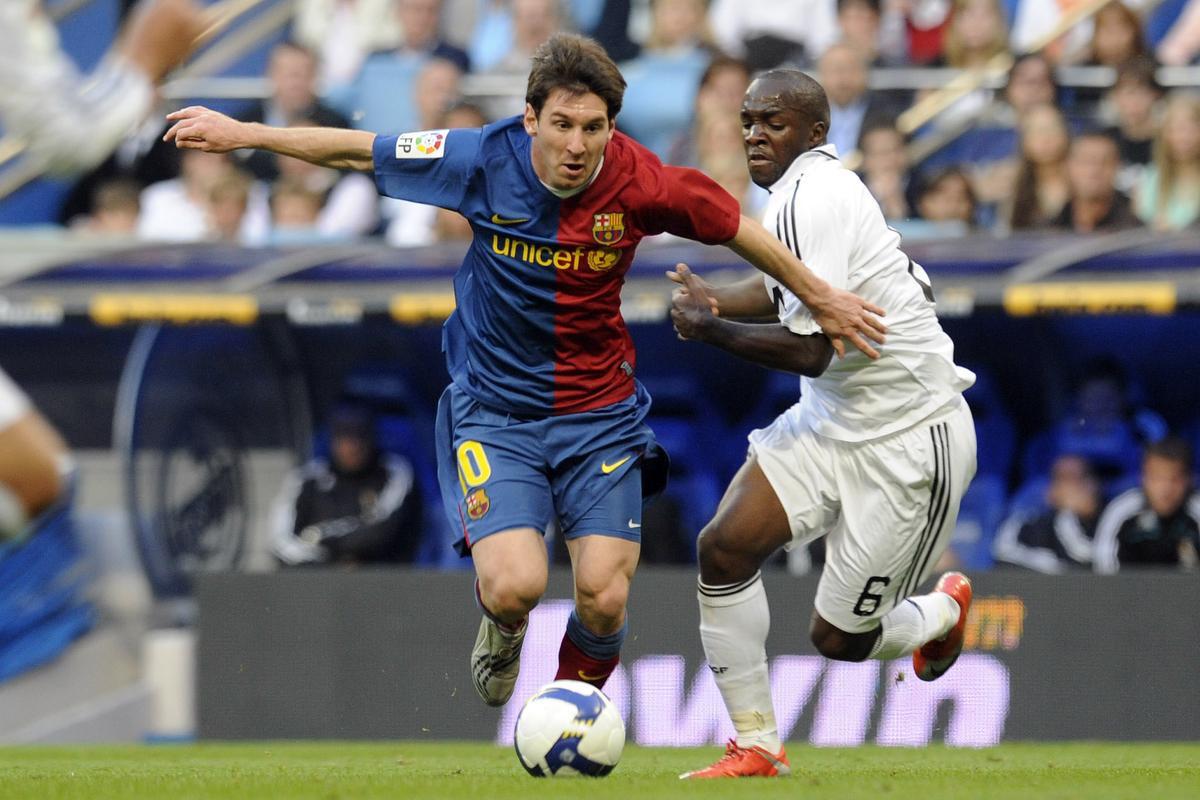 2 mei 2009 Lassana Diarra probeert Lionel Messi af te stoppen. Messi speelde in die clásico voor het eerst als 'valse 9'. Met resultaat: Barça won met 2-6 in Bernabéu., BELGAIMAGE