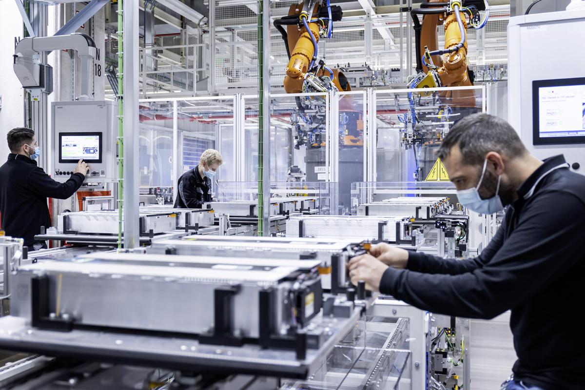 De omslag naar elektrische aandrijving vereist nieuwe competenties van de Mercedes-medewerkers., /