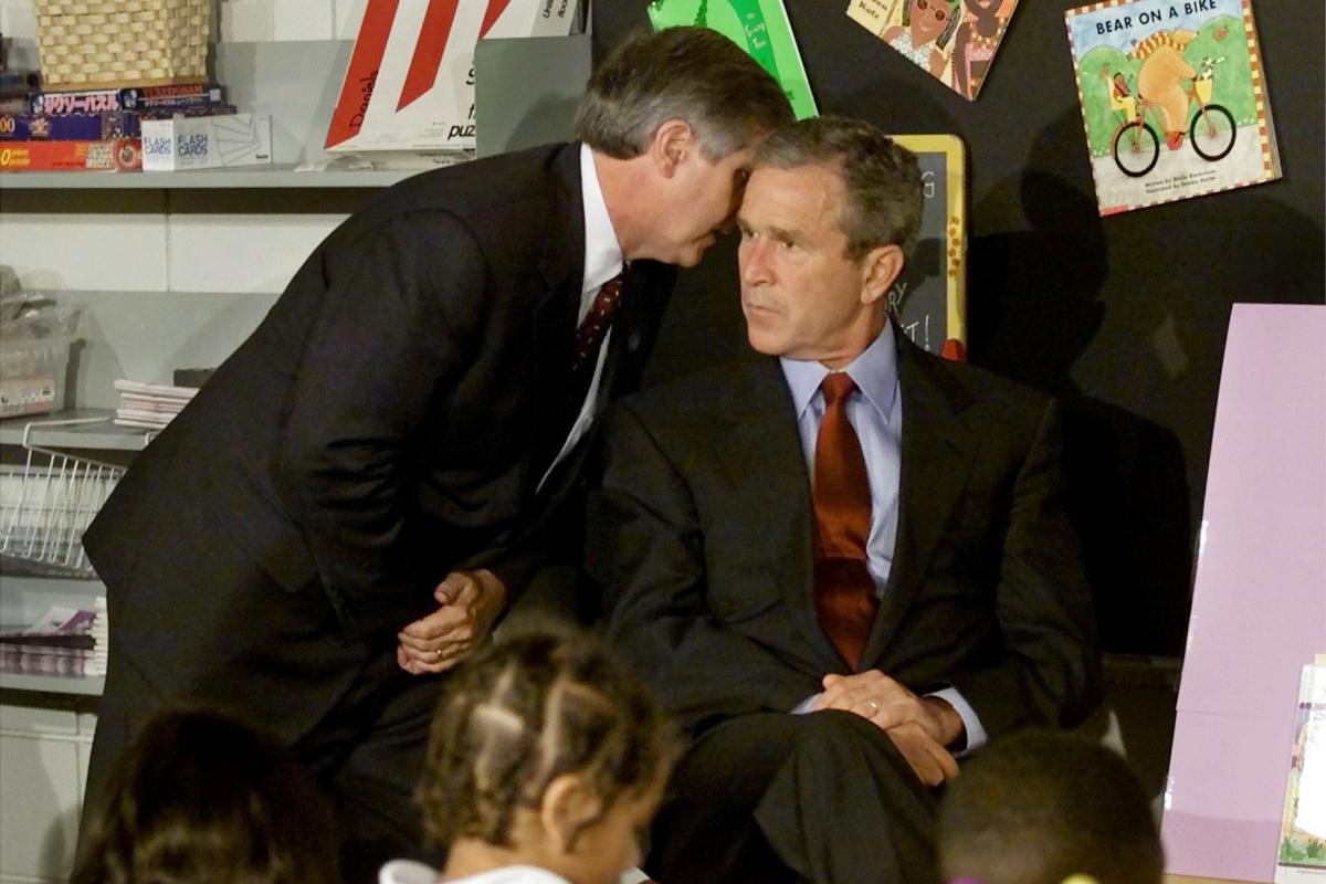 President George W. Bush verneemt dat een tweede vliegtuig zich in de WTC-torens heeft geboord. , Reuters