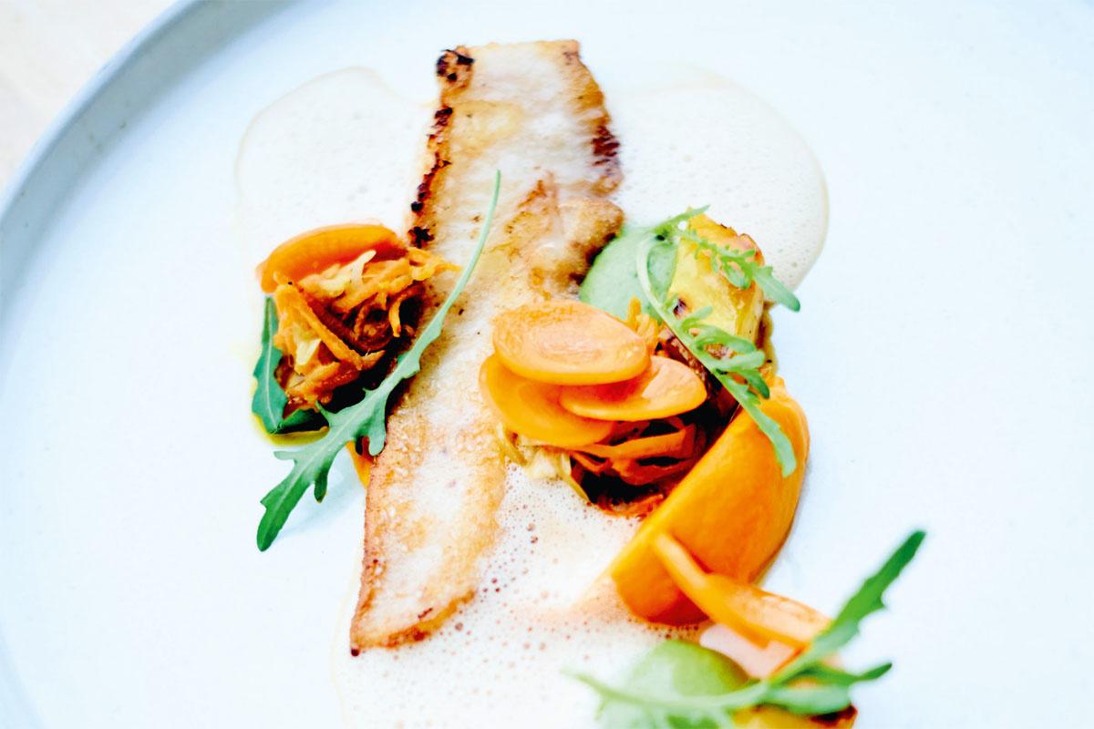 Scholfilet met wortel- en roomemulsie (recept onderaan)., Stockfood