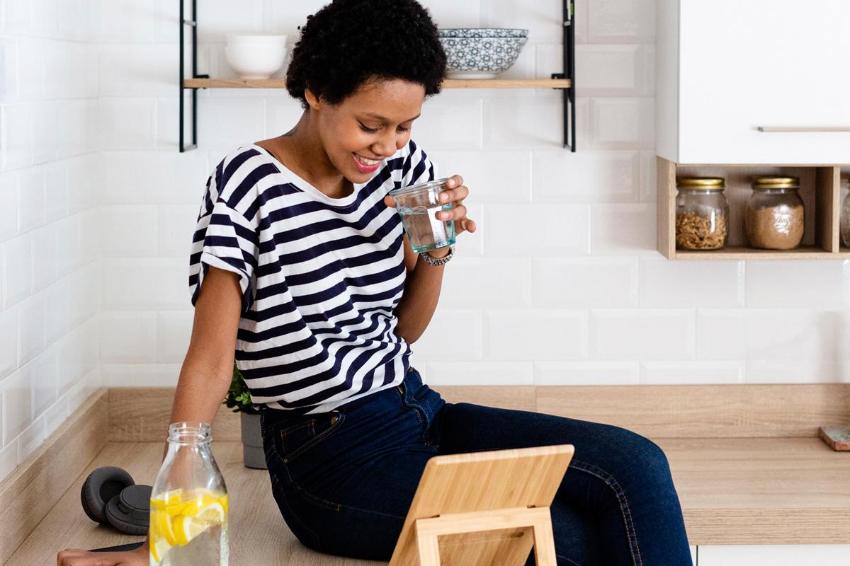 Kraantjeswater is lekker en gezond en je verspilt er veel minder water mee dan wanneer je flessenwater drinkt., Getty