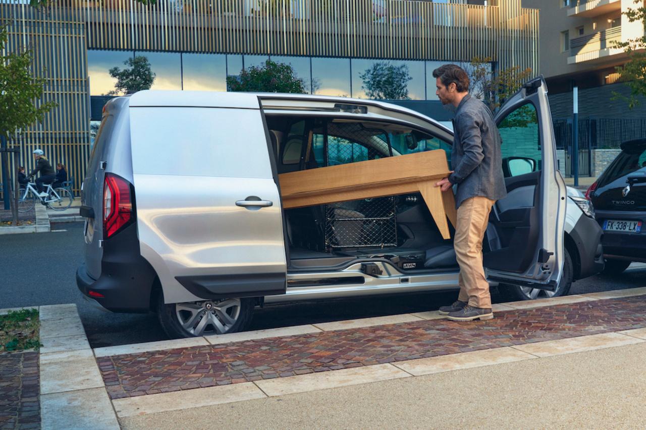 En supprimant le pilier central, Renault dégage une largeur de baie latérale inédite dans le segment. La rigidité est assurée par des renforts structurels., GF