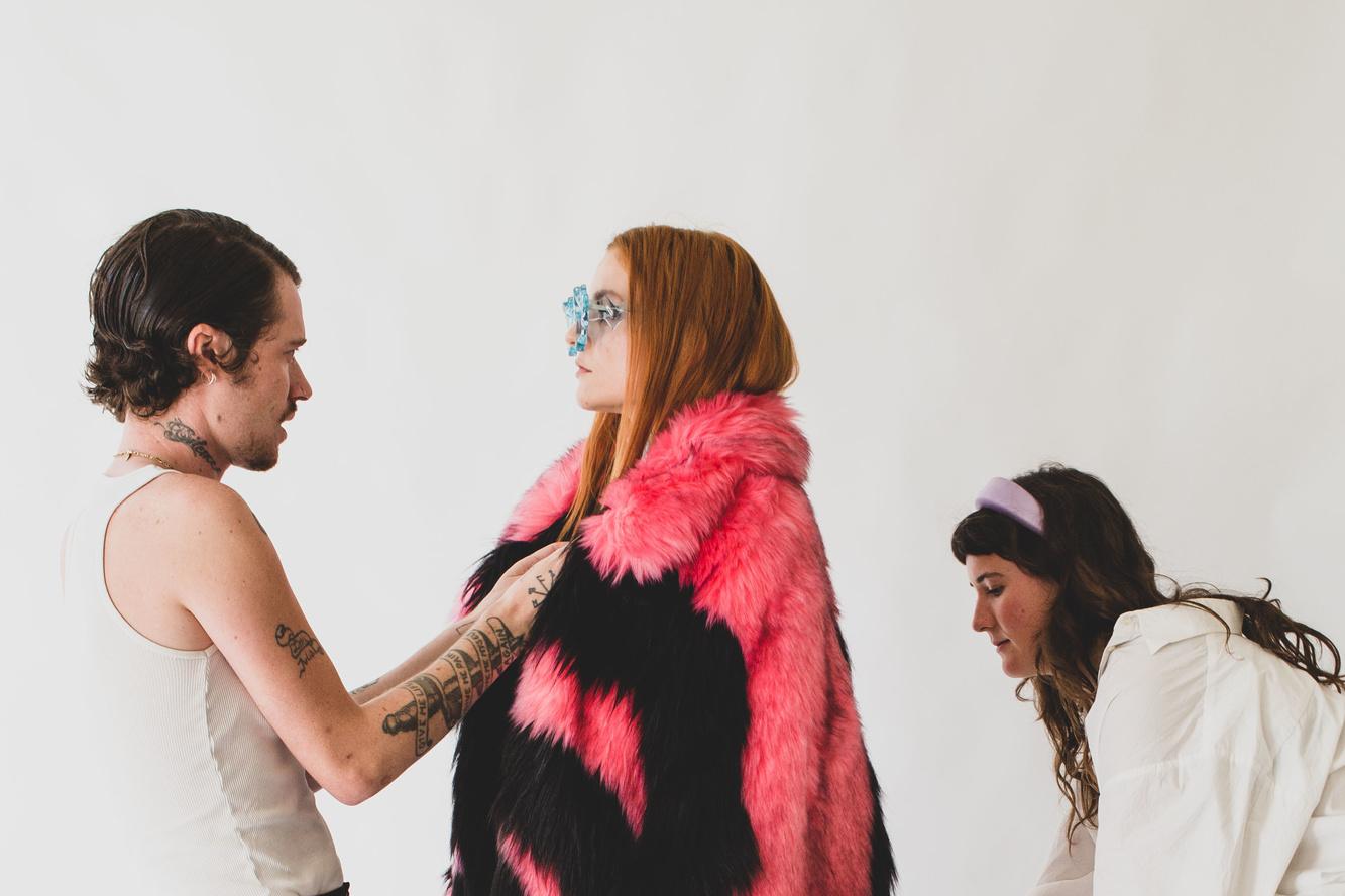 Het model draagt de jas voor Lady Gaga, Marnik A. Boekaerts