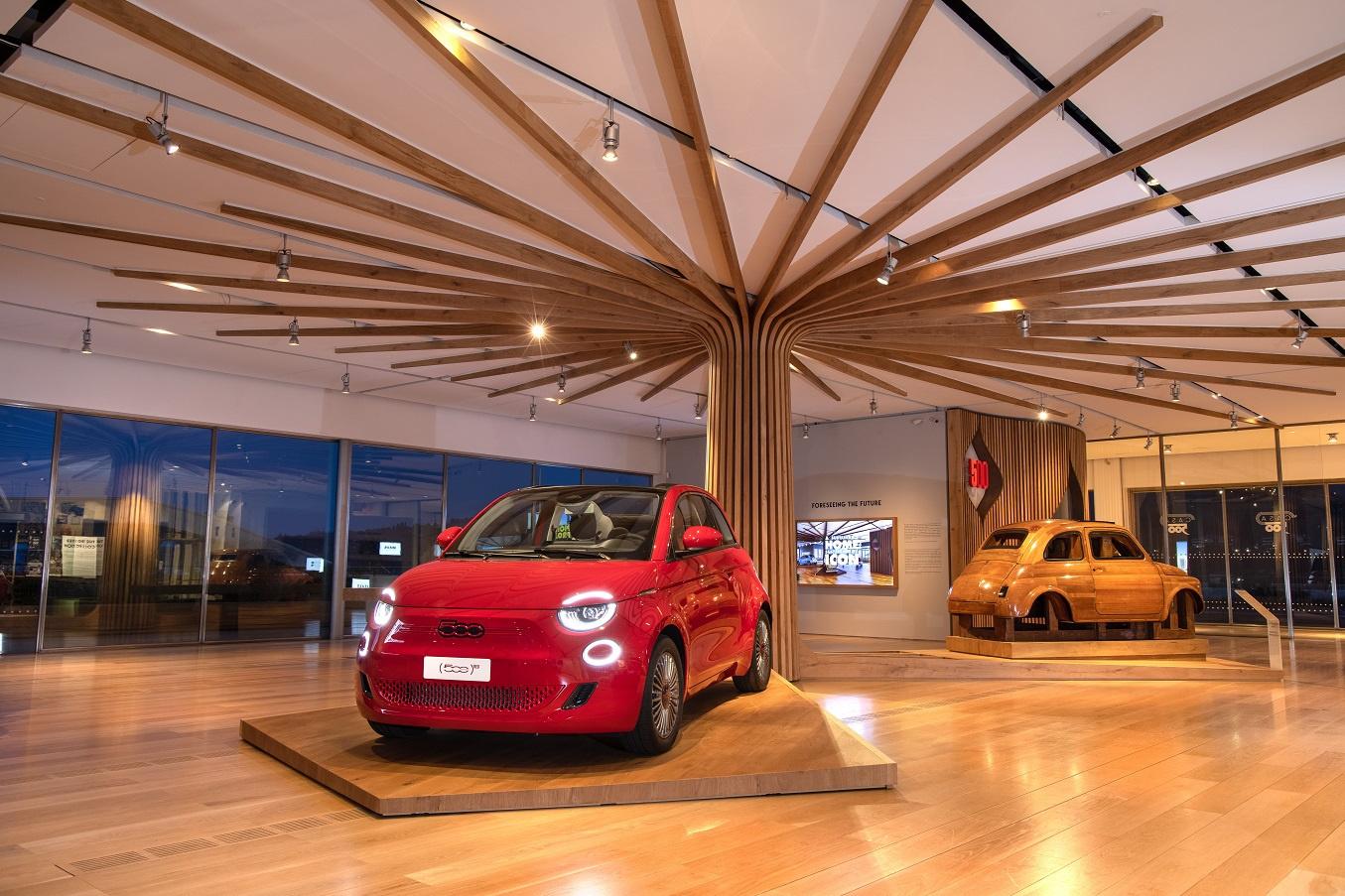 A l'avant-plan, la dernière 500 e RED. A l'arrière, le moule original, en bois, de la première 500., GF