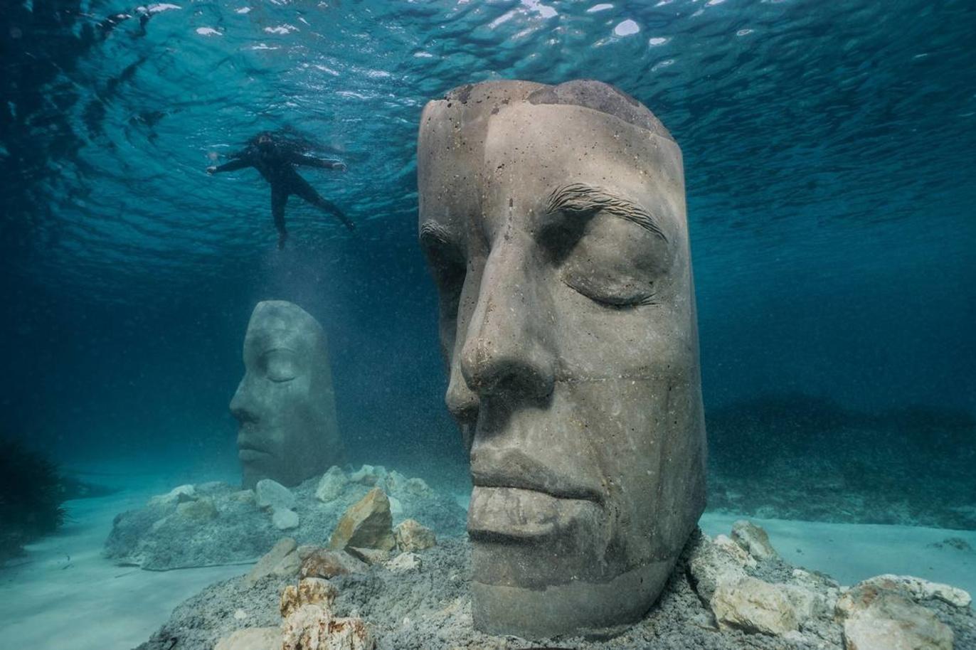 Een van de sculpturen die te zien is in het onderwatermuseum in Cannes, Jason deCaires Taylor