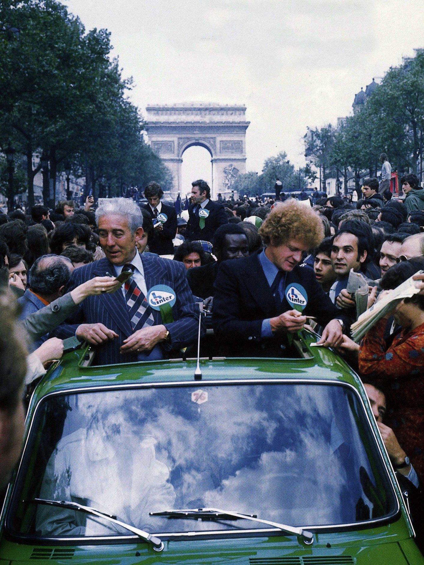 Le président Roger Rocher et le coach Robert Herbin lors de la descente des Champs-Elysées après la finale., belga