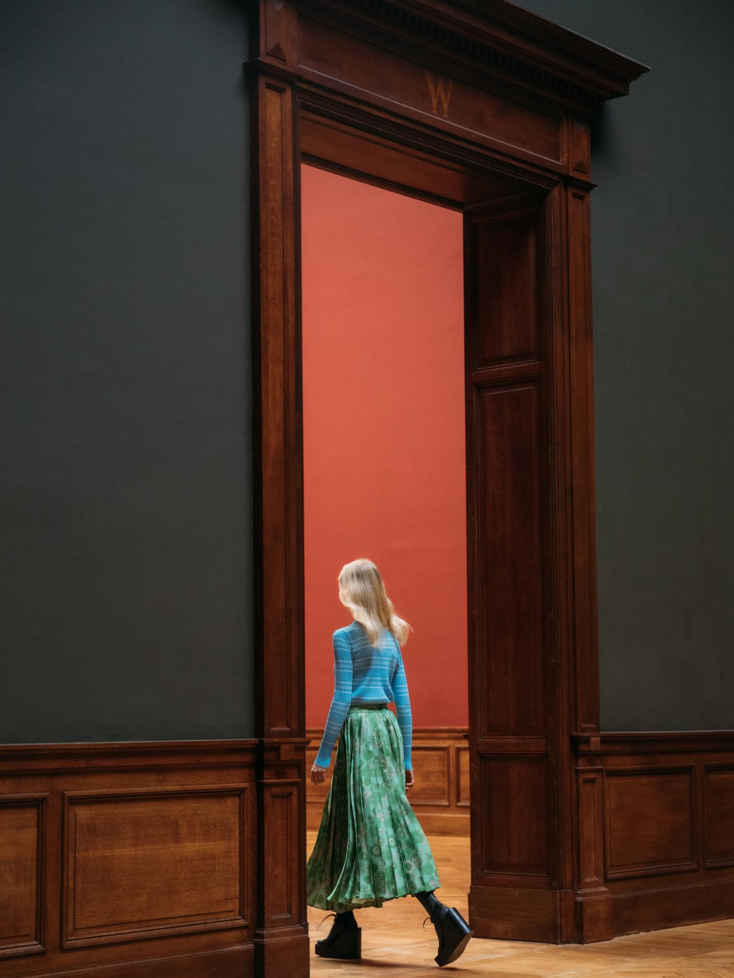 Christian Wijnants nodigt ons uit om weg te dromen bij het voorlopig lege KMSK en zijn nieuwe AW21-collectie, Klaartje Lambrechts