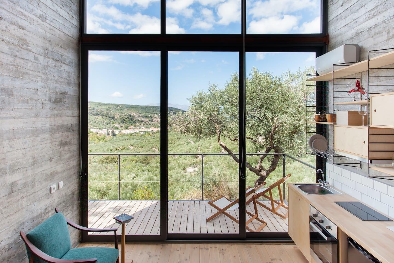 Minimalistisch heiligdom met uitzicht op de vallei en de zee, Sofia And Antonis / Airbnb