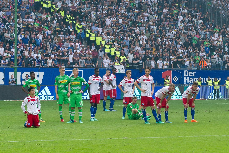 De spelers zitten er beteuterd bij na het verlies tegen Borussia Mönchengladbach., GETTY