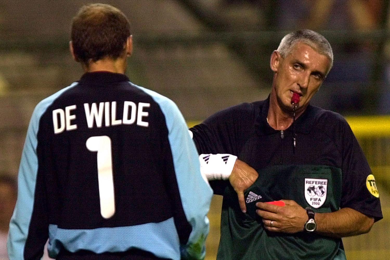 De Wilde krijgt een rode kaart tijdens de match tegen Turkije op het EK van 2000, Belga Image