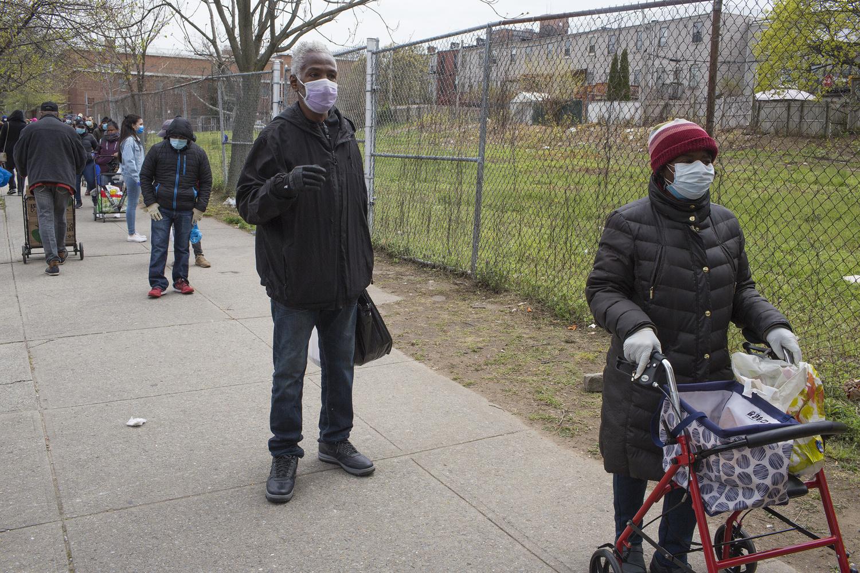 Des résidents du quartier font la file pour la distribution de vivres de la Campagne Bed Stuy contre la faim, le 23 avril 2020 à Brooklyn, New York. En raison de l'augmentation du chômage, les files d'attente se sont allongées., Getty Images