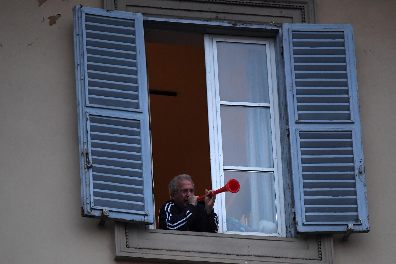 Comme lors de la quarantaine en Chine, les Italiens se sont mis à chanter et crier à leurs fenêtres., Belga