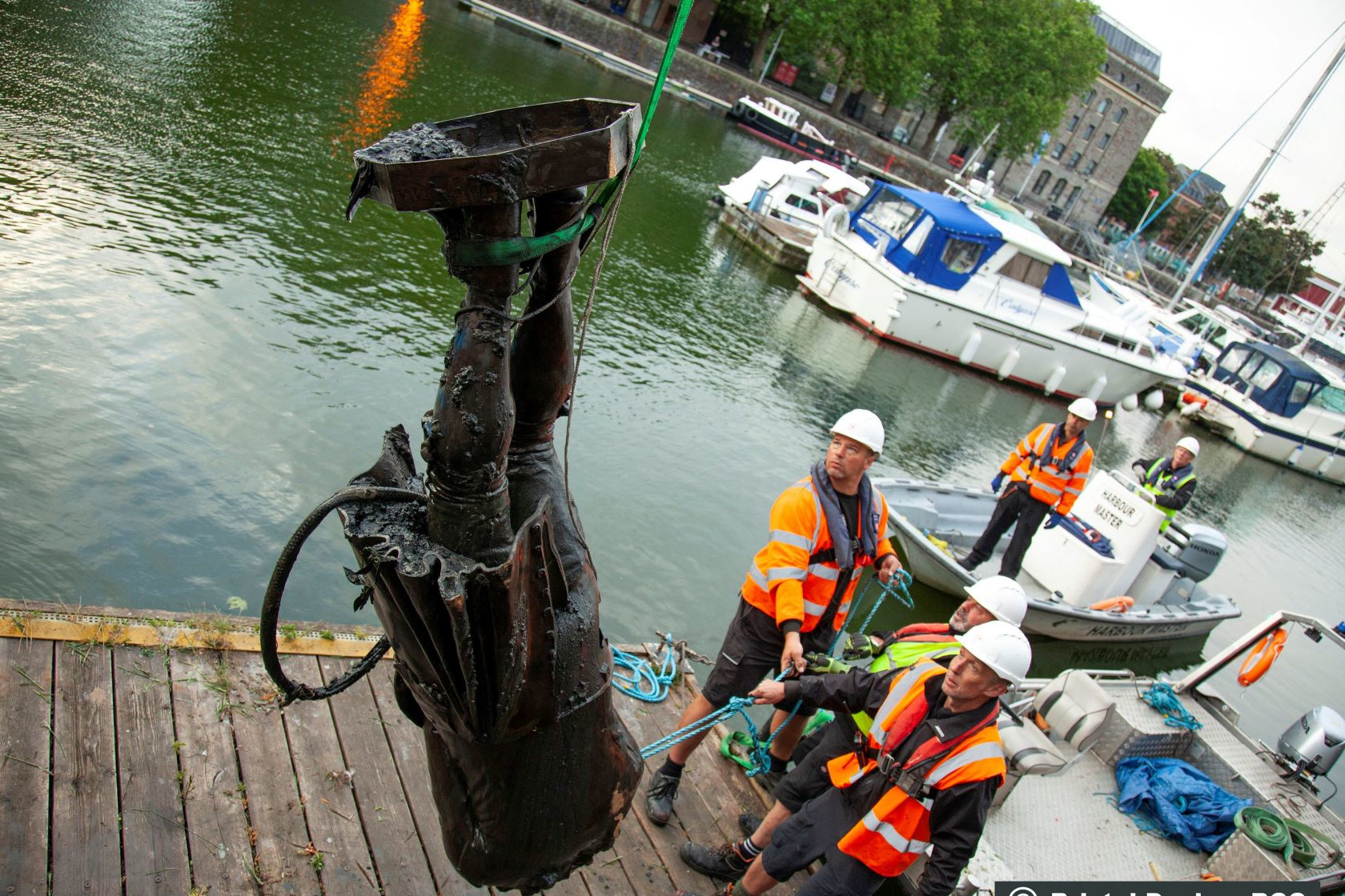 Het beeld van Edward Colston wordt uit het water opgevist, Reuters