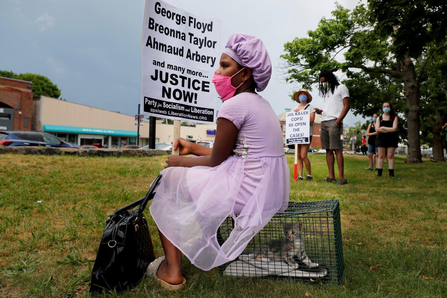 De achtjarige Chastity Everett betoogt in Boston voor gerechtigheid (samen met haar kat), Reuters