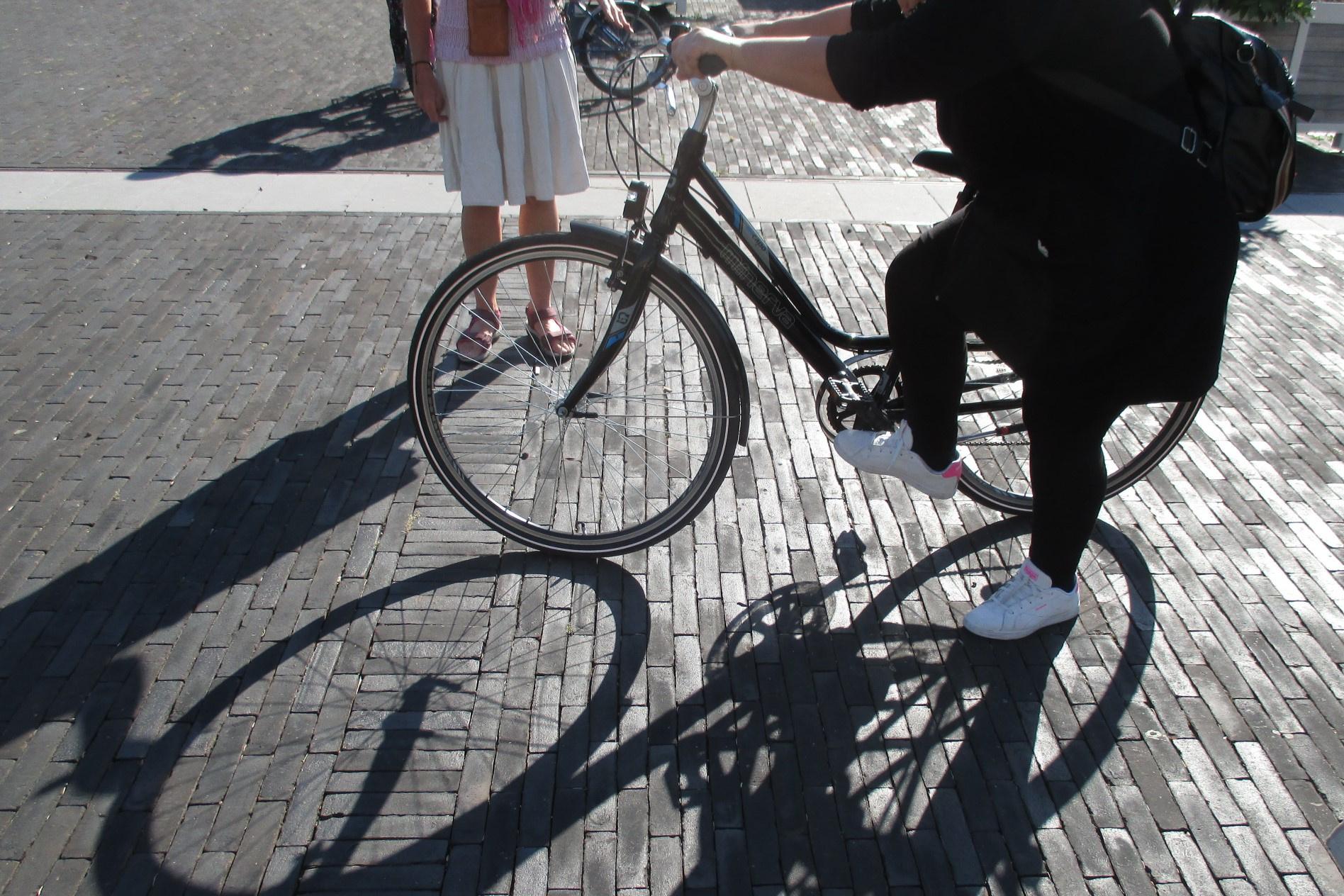 L'exercice de faire de la trottinette avec le vélo, puis de l'enjamber, semble difficile pour plus d'une participante., Stagiaire Le Vif