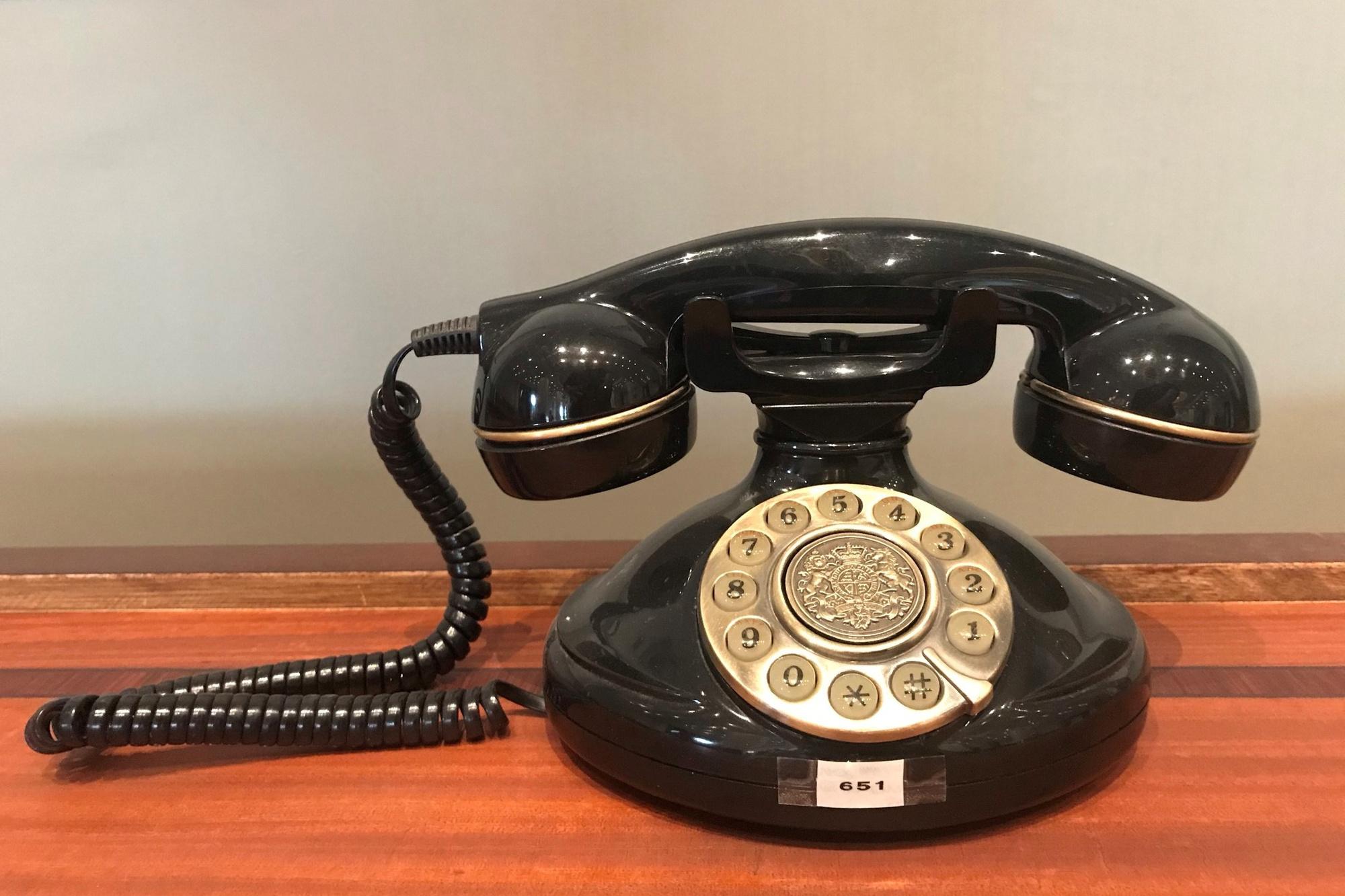 Een bakelieten telefoon uit het originele interieur. Bij oprichting van het hotel kregen alle vierhonderd kamers een eigen telefoon: hypermodern voor die tijd., BVA Auctions