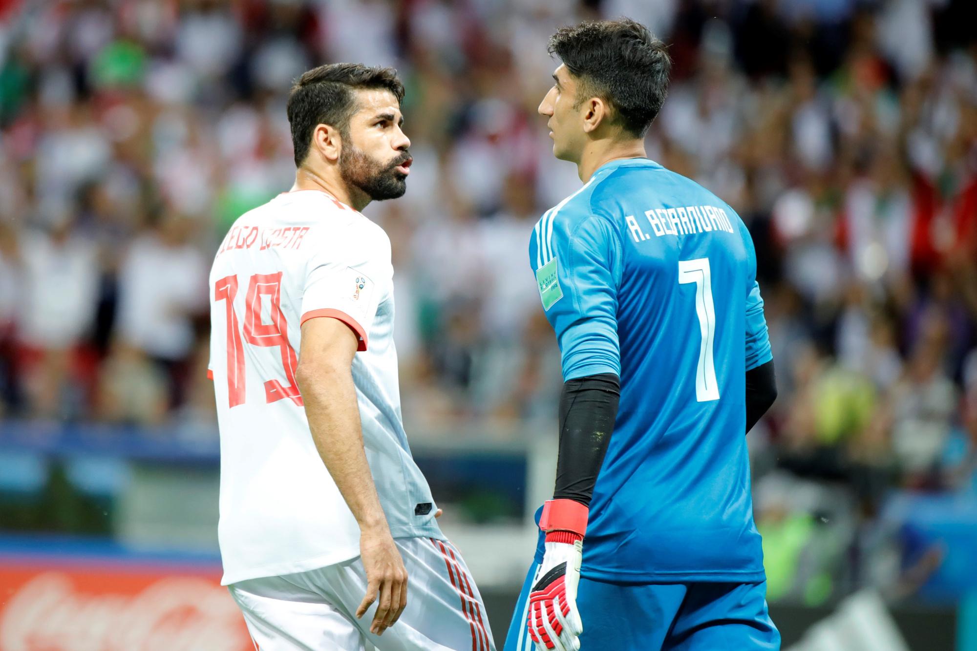Alireza Beiranvand face à Diego Costa lors du Mondial russe., belga