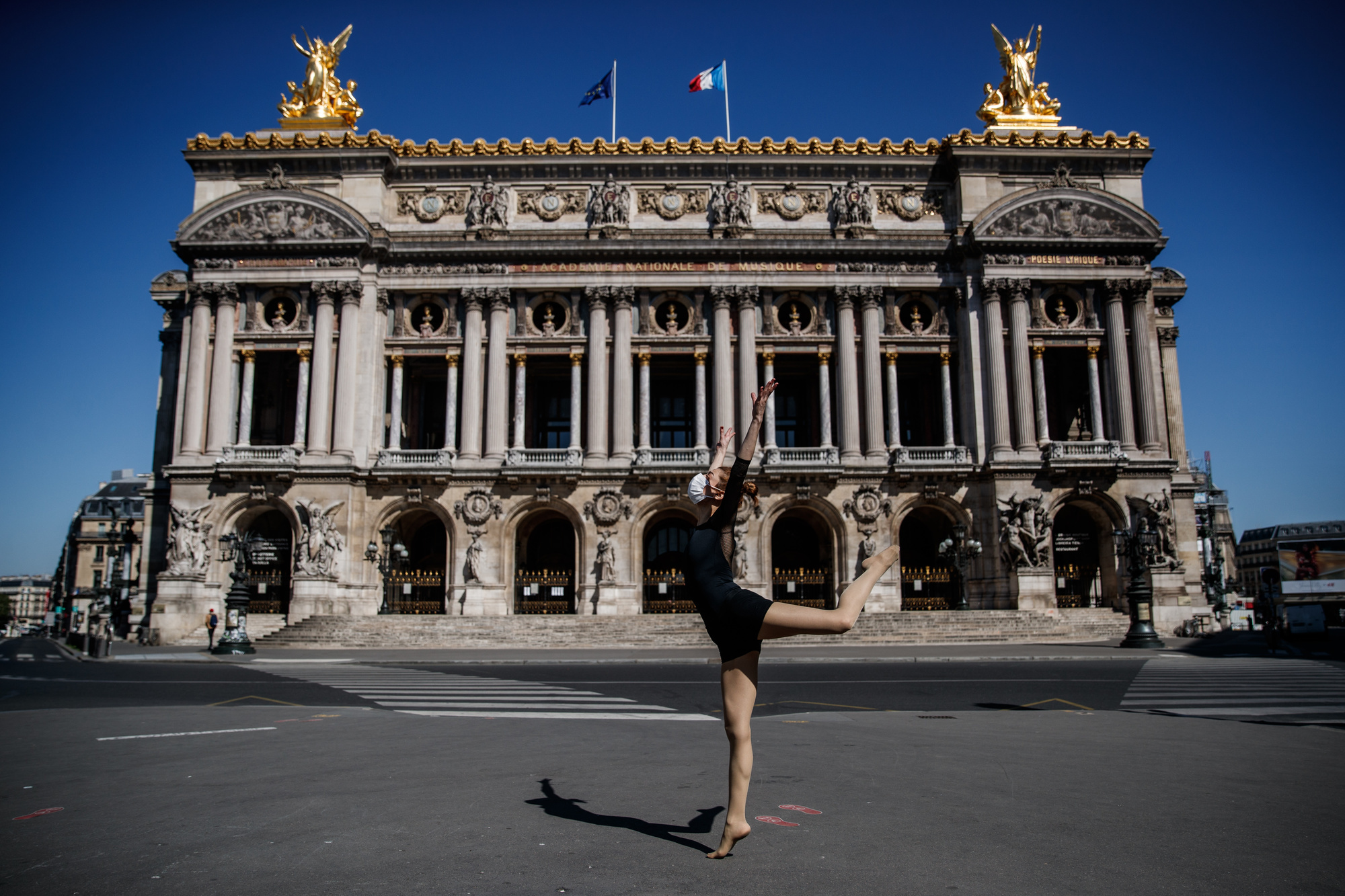 Yara al-Hasbani devant l'Opéra Garnier de Paris, belga