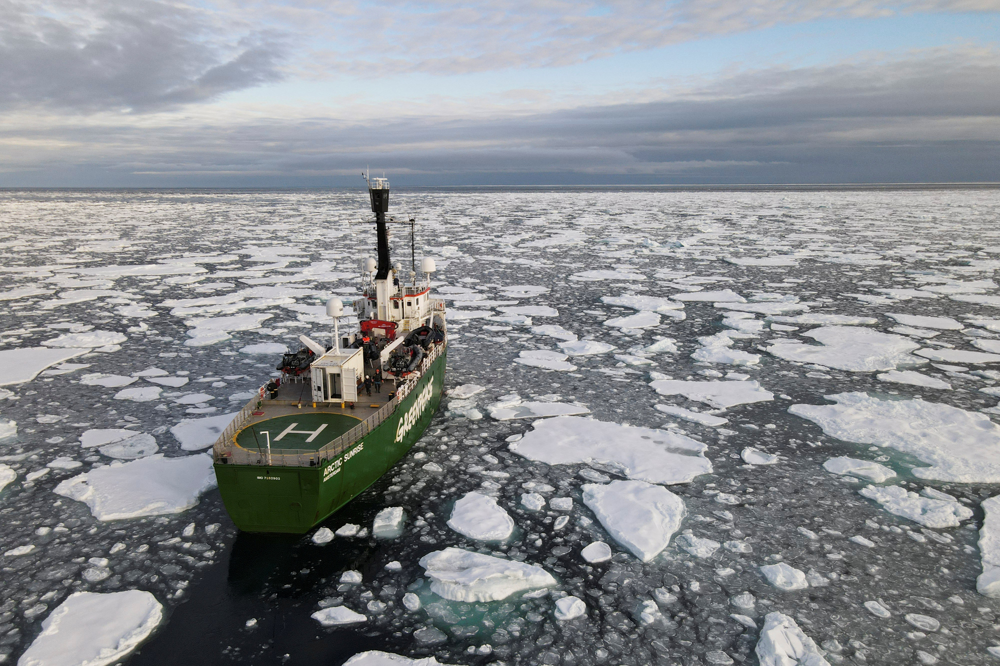 Un bateau de Greenpeace, Reuters