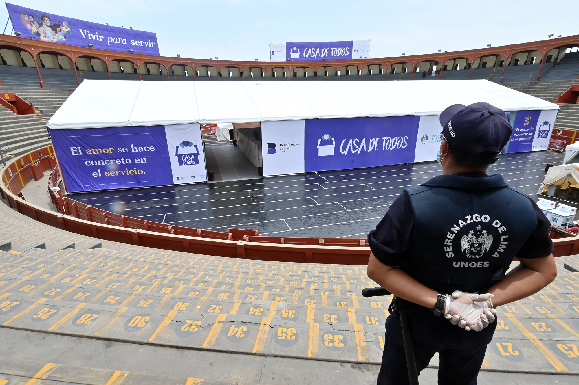 Photo de l'abri installé aux arènes bicentenaires d'Acho à Lima pour la durée du nouveau coronavirus. Situé dans le quartier peuplé de Rimac, près du centre historique de la capitale péruvienne, le refuge devrait héberger temporairement jusqu'à 150 personnes., belga