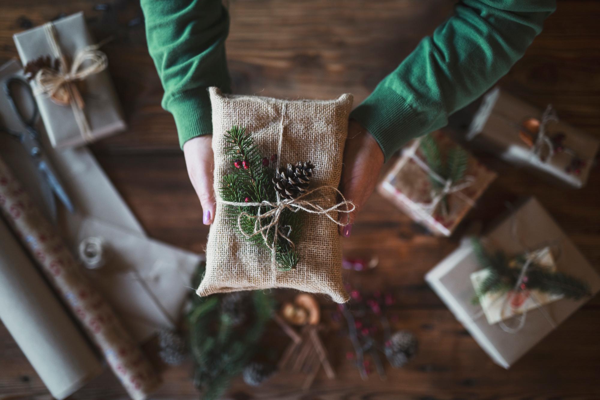 Inpakken kan met restjes inpakpapier van vorig jaar, kranten, tijdschriften, oude stafkaarten of juten zakken., Getty