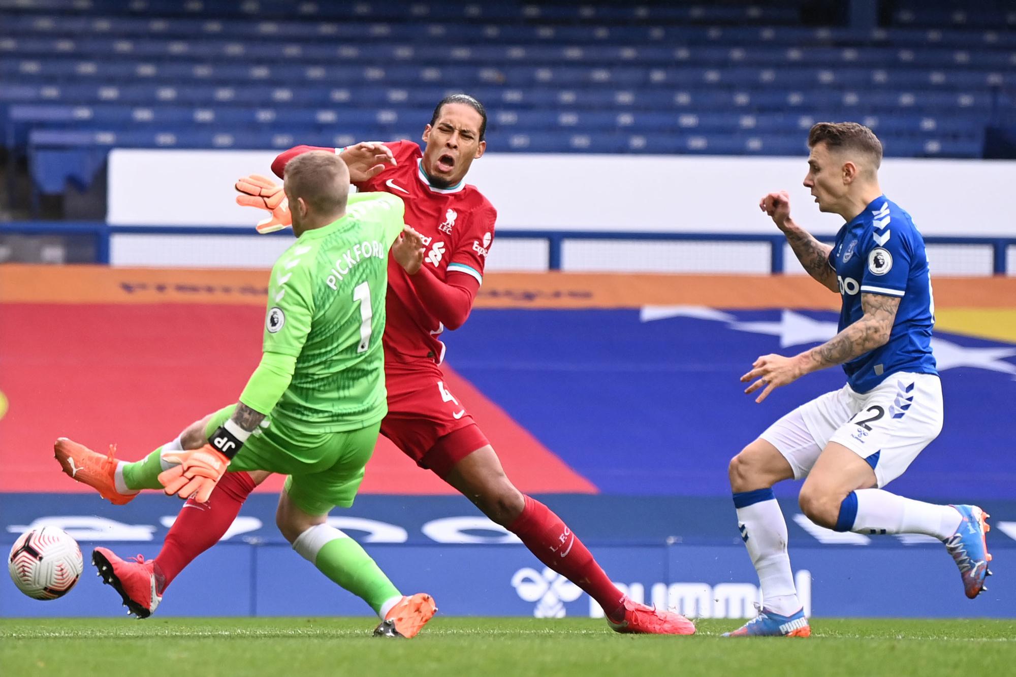 De lelijke tackle van Pickford op Van Dijk, Belga Image/AFP