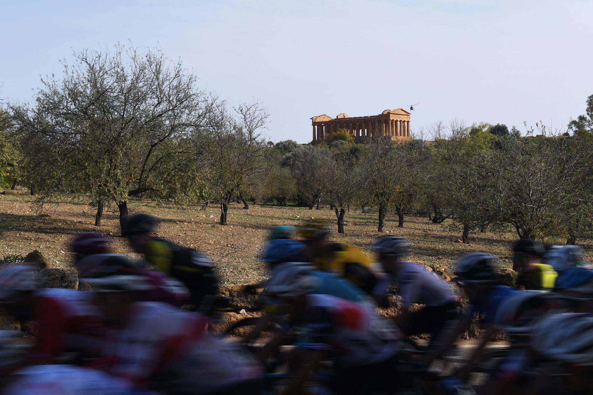 De renners reden voorbij de 'Valle dei Templi', de vallei van de tempels., GETTY