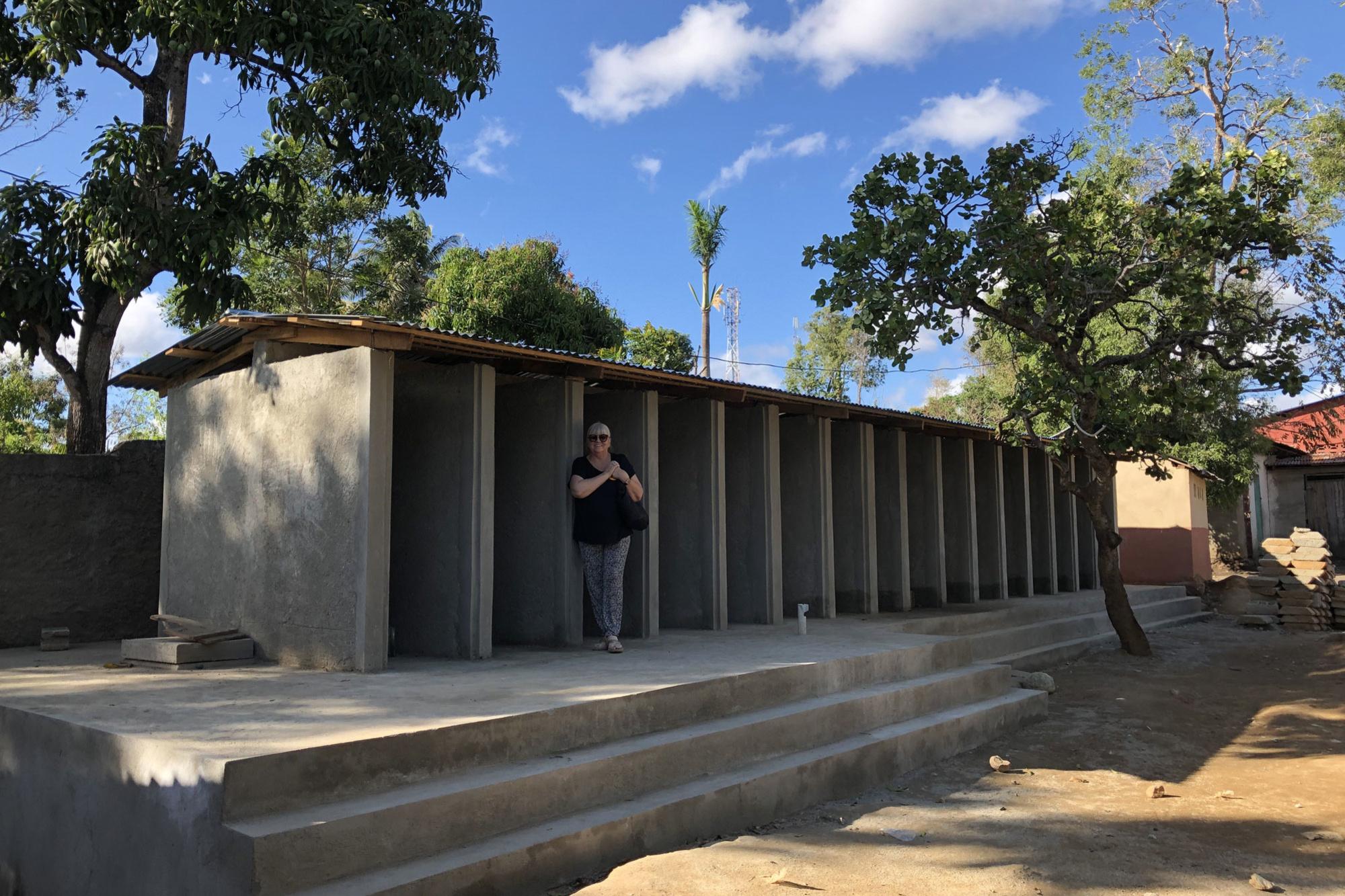De nog onafgewerkte hurktoiletten voor Haïtiaanse schoolkinderen die door Cunina worden gebouwd., Cunina
