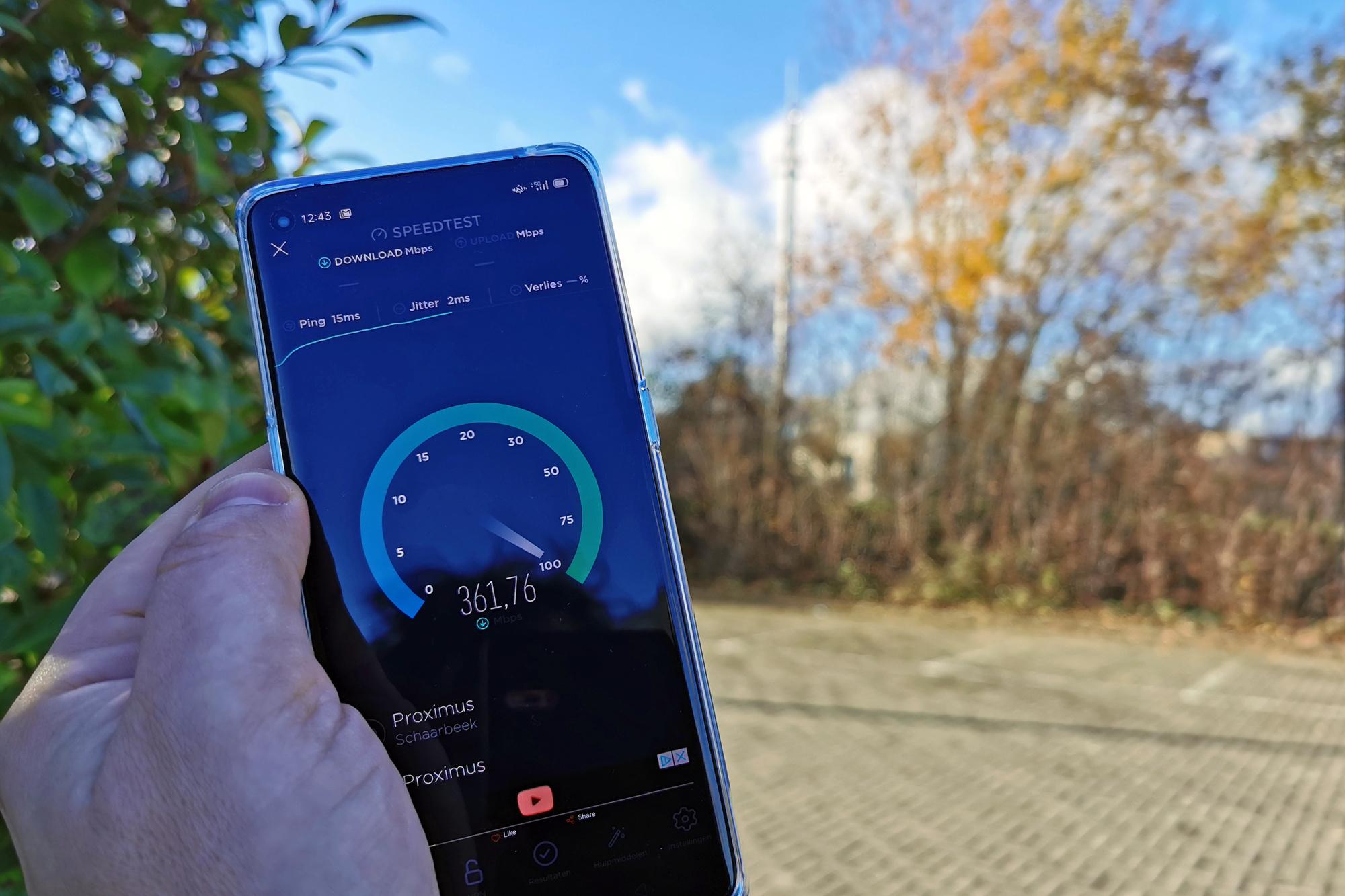In Haasrode maakte alleen de OnePlus 8T verbinding met de 5G-mast op de achtergrond., KVdS/5G