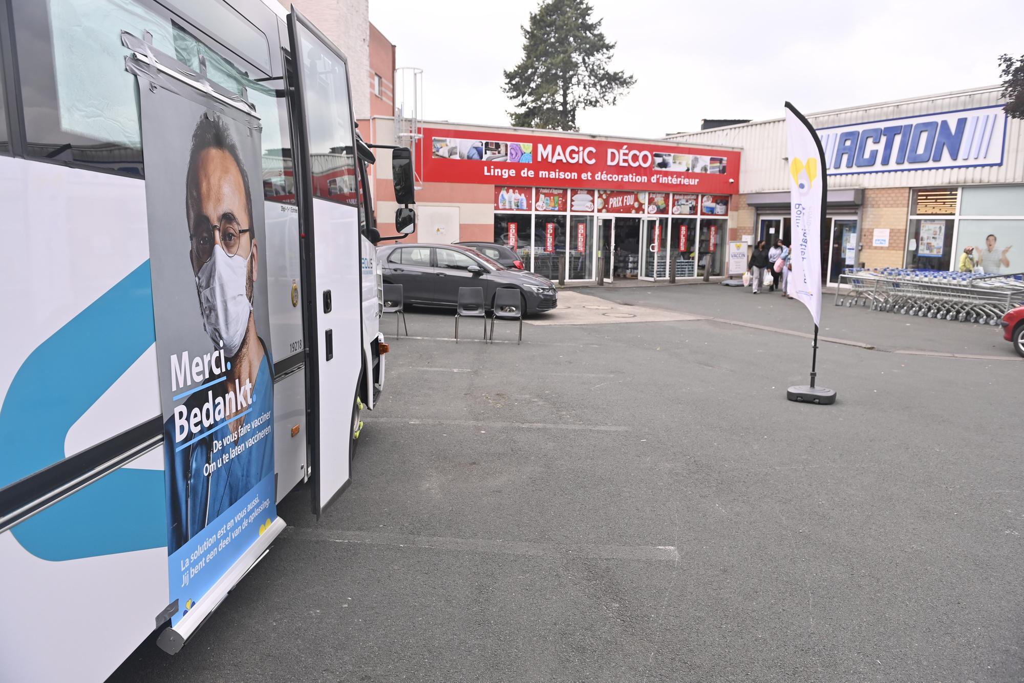 Vaccination à Bruxelles, devant le magasin Action à Molenbeek., belga