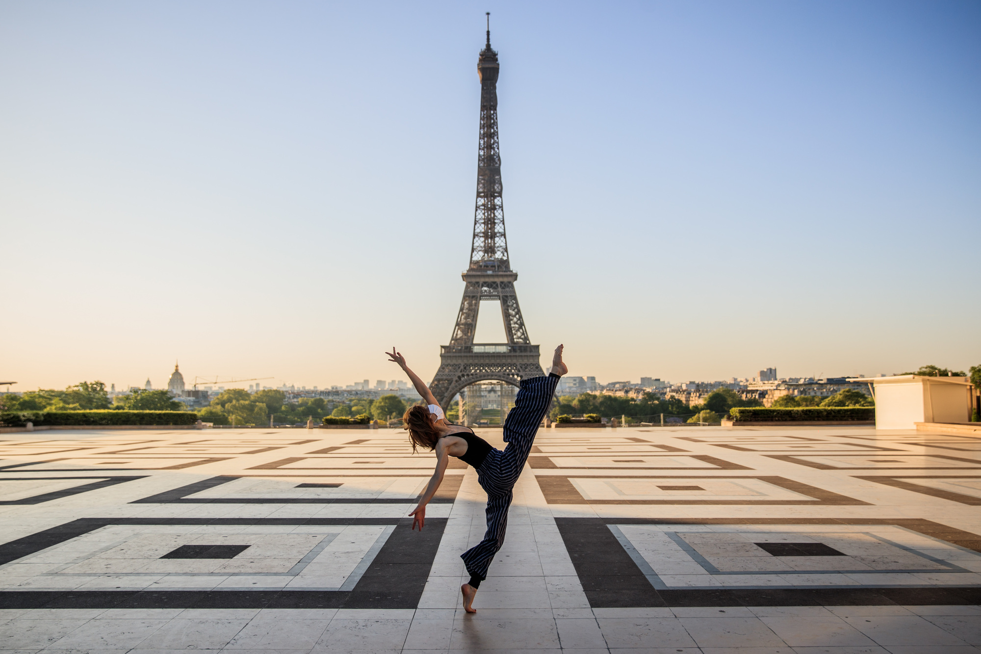 Yara al-Hasbani devant la Tour Eiffel, belga