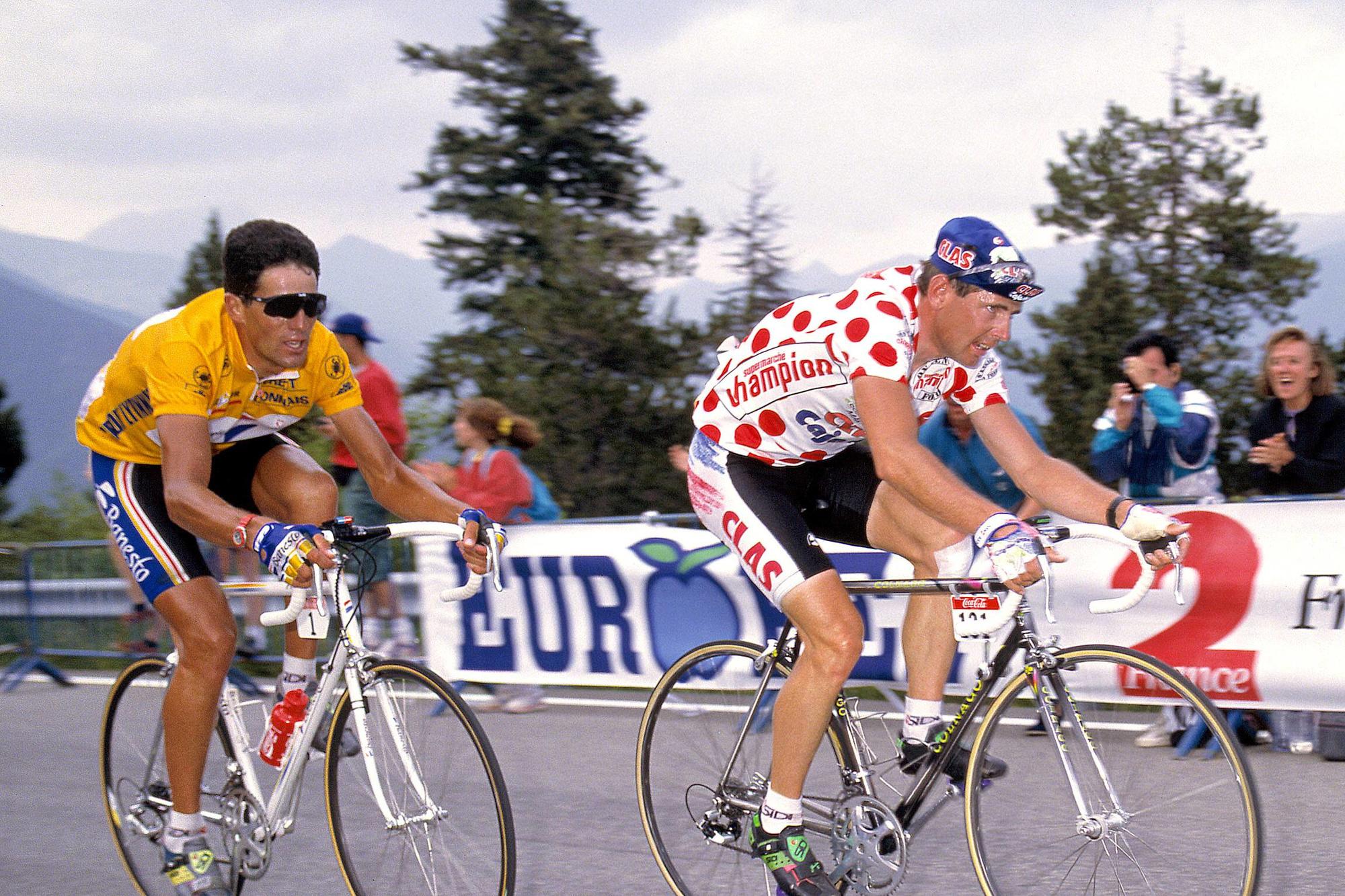 Tony Rominger avec Miguel Indurain dans sa rouer lors du Tour de France 1993., belga