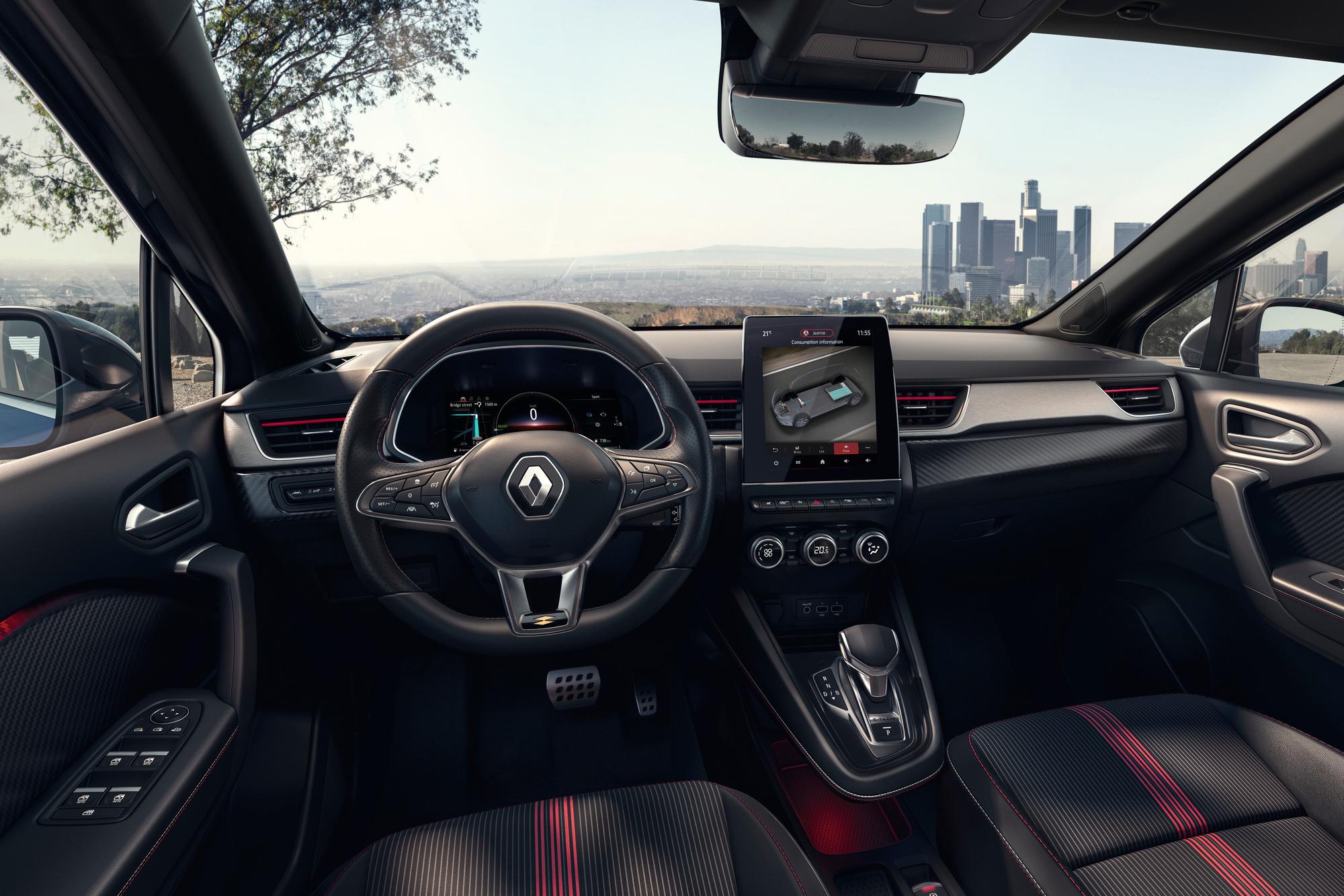 Inserts façon carbone, sièges à surpiqûres rouges, le style intérieur est plus dynamique, mais sans excès., GF