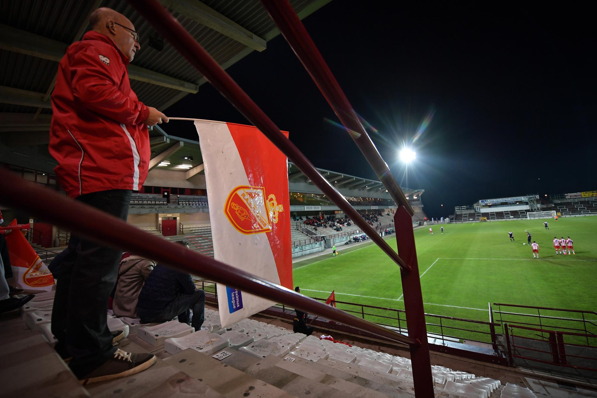 Certains supporters font encore flotter les couleurs du RAEC dans les tribunes du Tondreau., belga