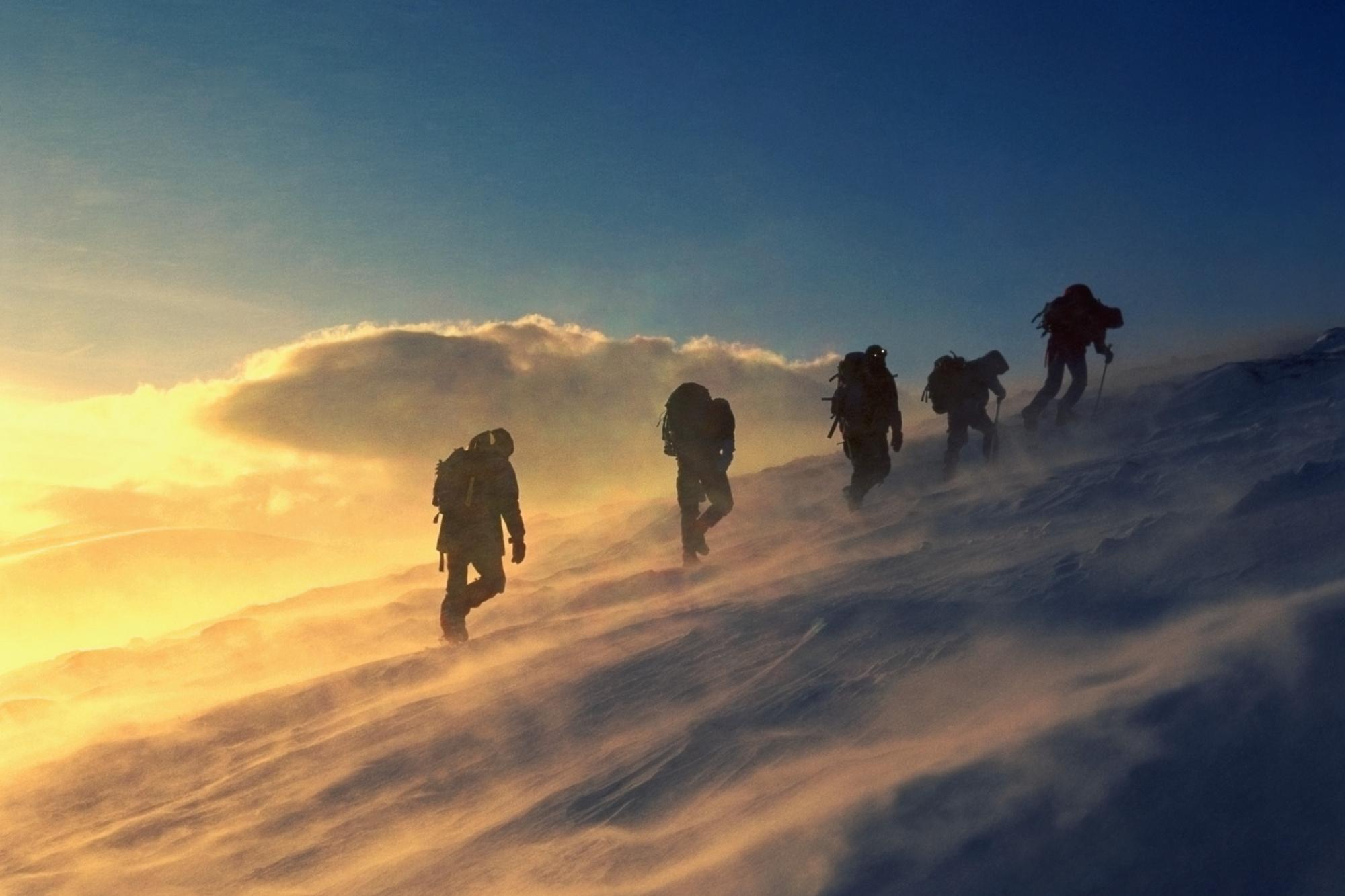 Sneeuwtrektocht door de bergen, Getty