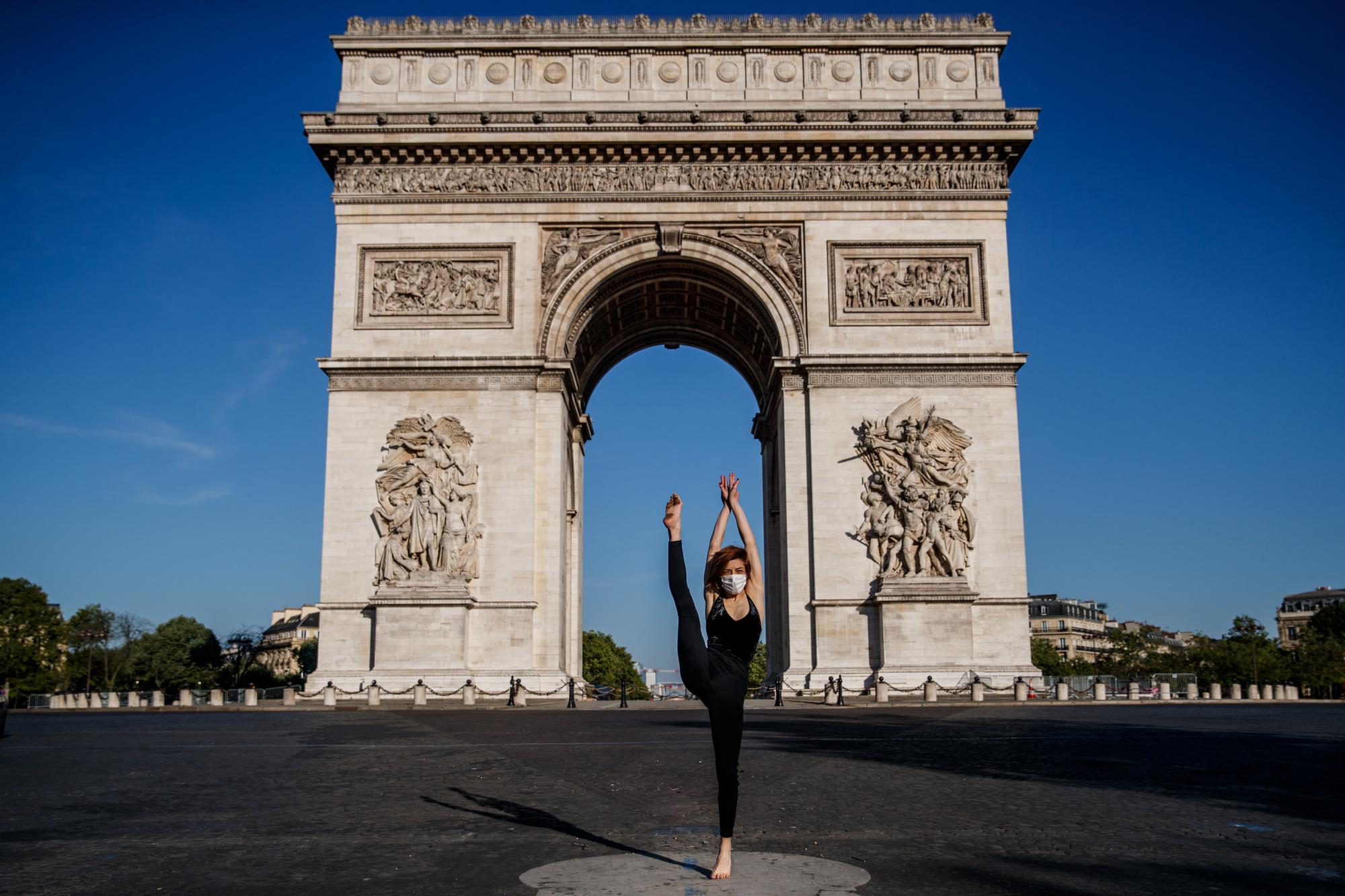 Yara al-Hasbani devant l'Arc de Triomphe, belga