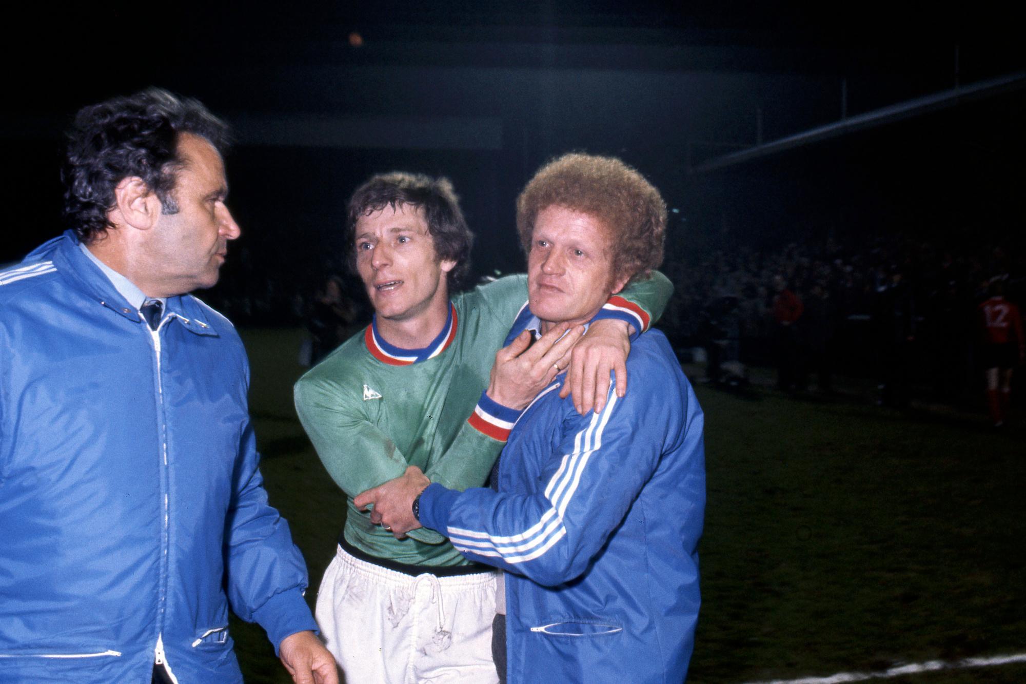 Jean-Michel Larqué dans les bras de son entraîneur, Robert Herbin., belga