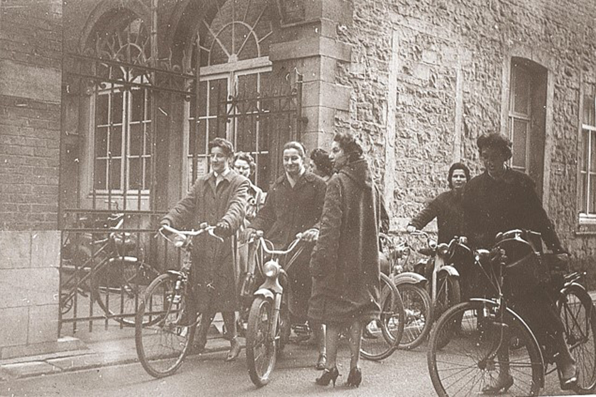 In de jaren 40 werden de thuisverpleegkundigen van het Wit-Gele Kruis in de volksmond 'vliegmachientjes' genoemd - omdat ze zo vlug van de ene naar de andere patiënt koersten met hun fiets., /