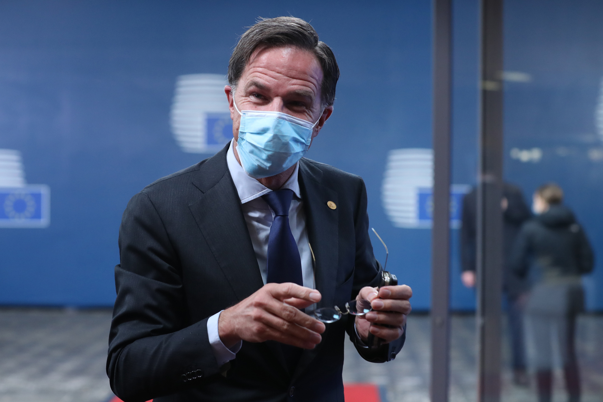 """Face à l'explosion des cas, le Premier ministre Mark Rutte a demandé à ses concitoyens de se couvrir le nez et la bouche """"presque partout où on ne voit pas le ciel""""., BELGAIMAGE"""