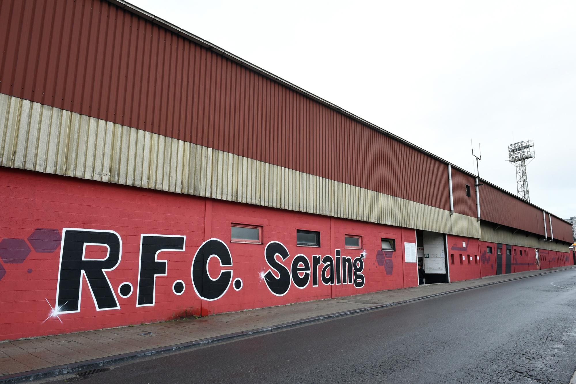 Les couleurs du club s'affichent jusqu'à la façade du stade, belga