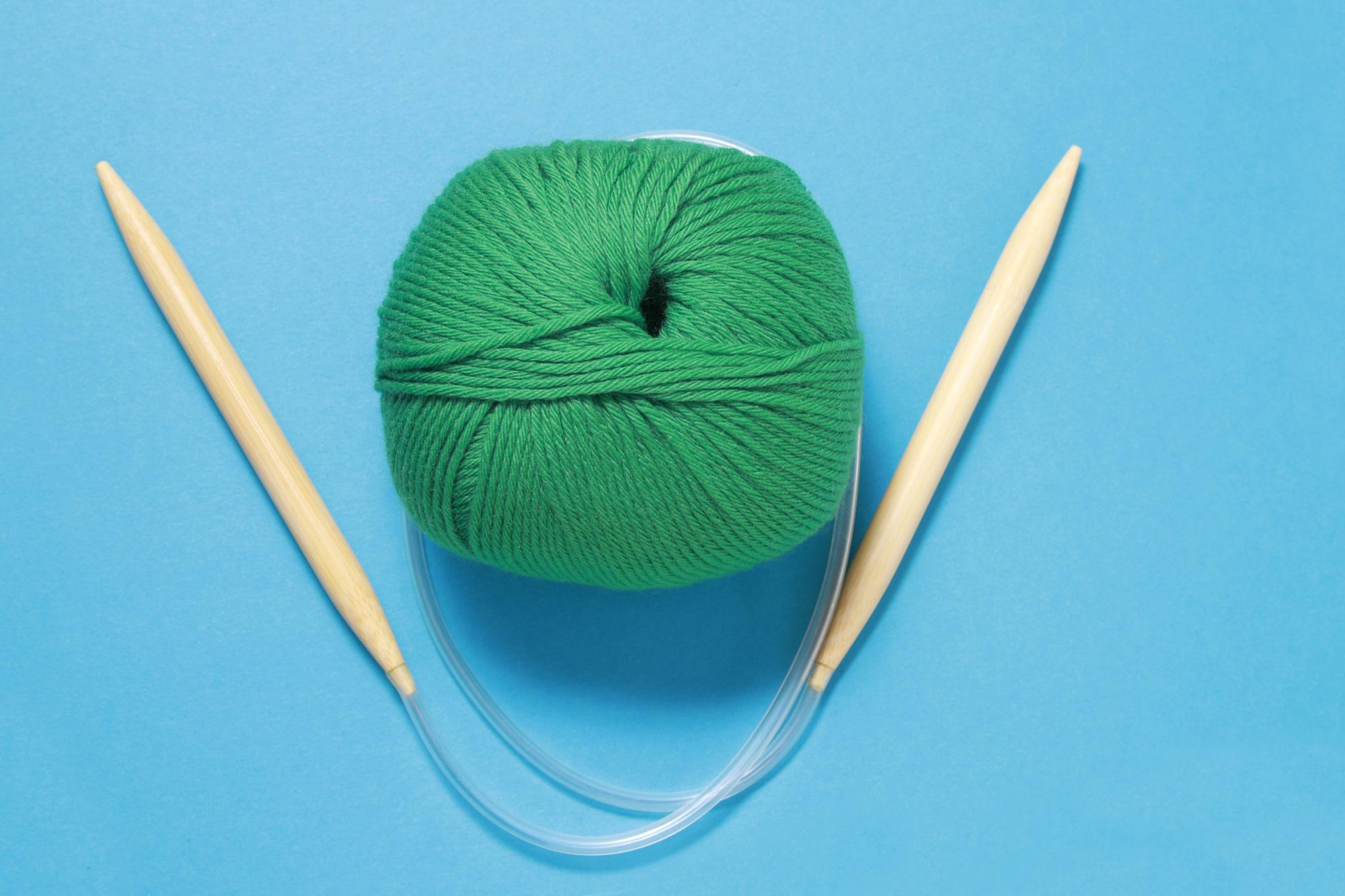 Aiguilles à tricoter circulaires., iStock