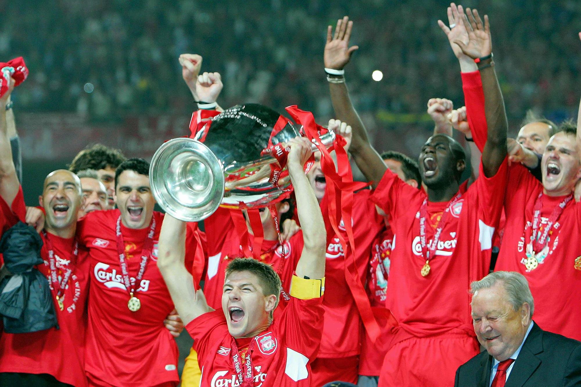 Steven Gerrard mag de trofee met de grote oren de lucht in steken na een spectaculaire match tegen AC Milan., GETTY