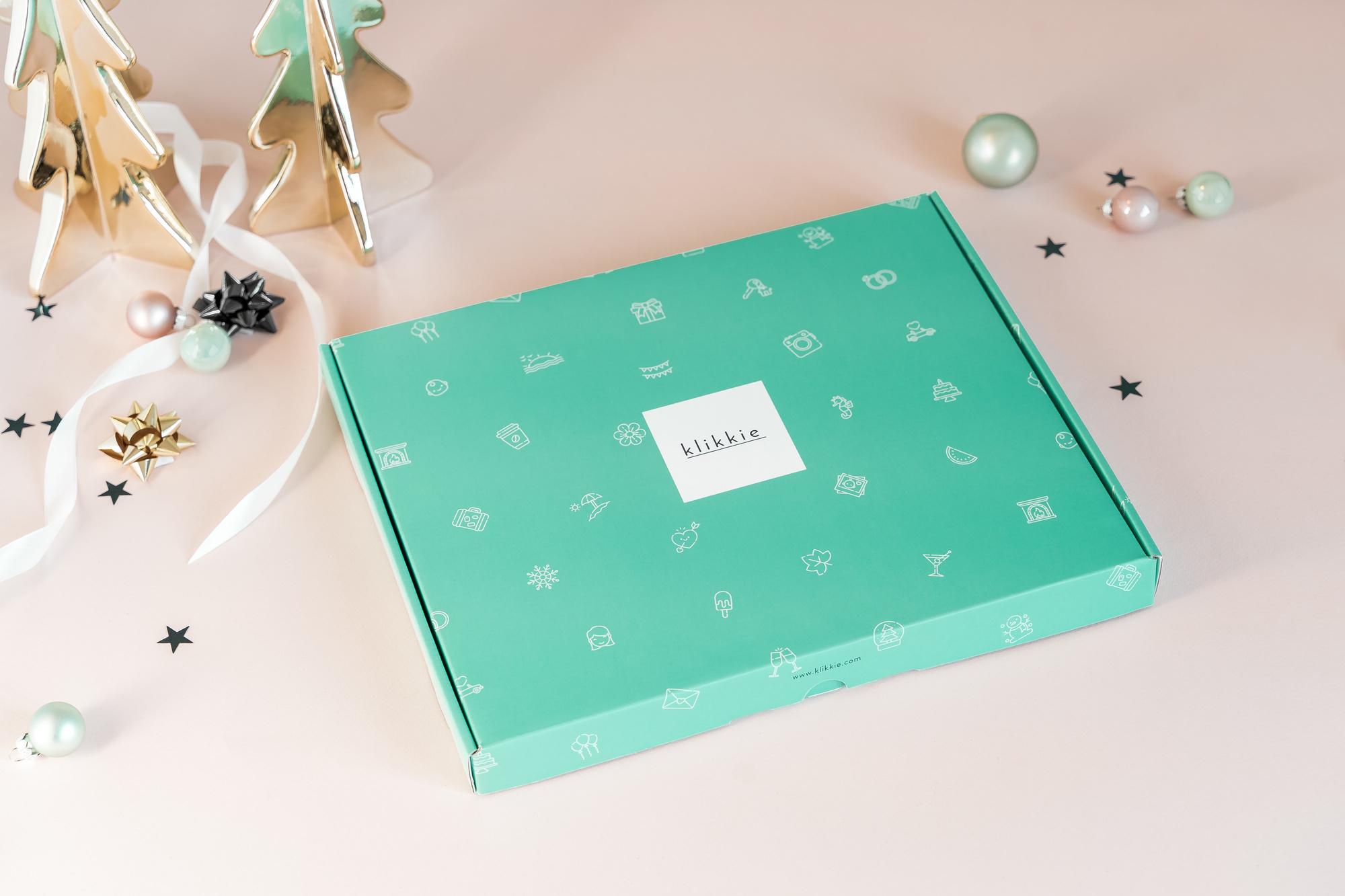 In de geschenkverpakking: een printabonnement, een fotoboek, dubbelzijdige plakkers en een stiftje om wat moois bij je foto's te schrijven., Klikkie